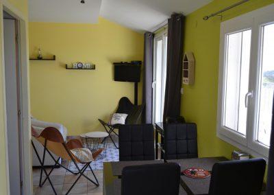 Gîte Le Caussanel – de eettafel in de woonkamer
