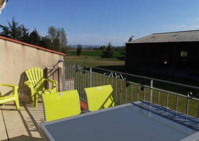 Gîte Le Caussanel – le séjour avec vue sur l'aire de jeux couverte