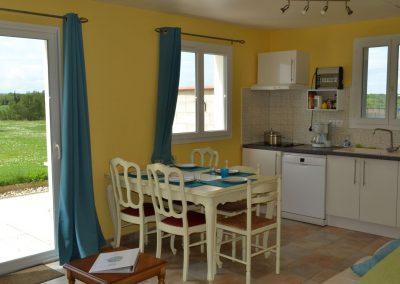 Gîte Le Terrefort – eettafel in de open keuken