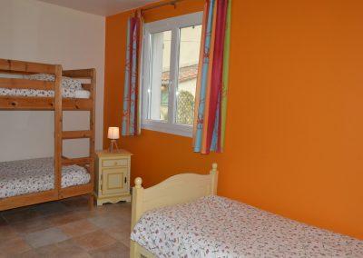 Gîte Le Terrefort – slaapkamer met stapelbed en eenpersoonsbed