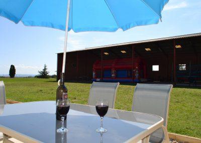 Gîte Le Terrefort – het terras met uitzicht op de speelschuur