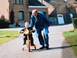 Robin op de fiets met de buurman
