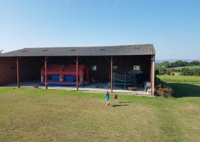 Vue extérieure de l'aire de jeux couverte