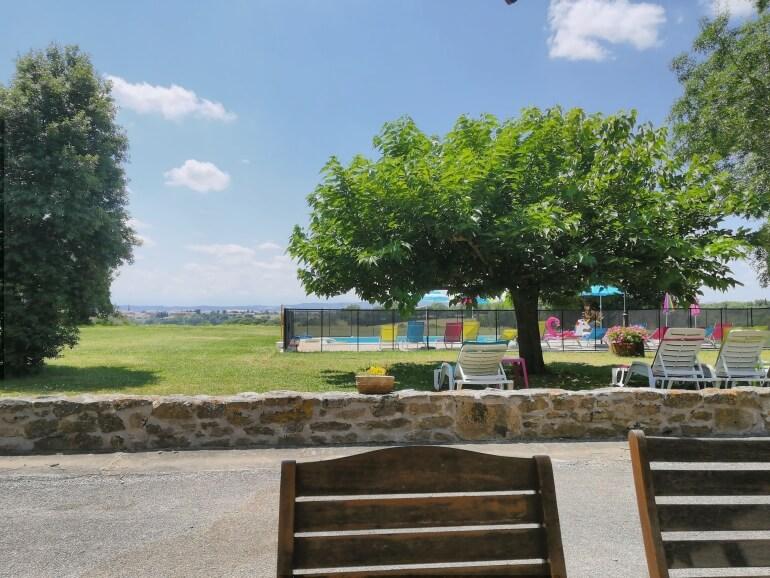 Gîte Le Métayer - Uitzicht vanaf het terras op het zwembad