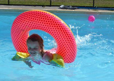 S'amuser dans la piscine