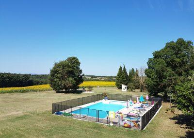 La piscine avec vue sur les tournesols